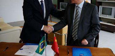 O presidente da EBC, Laerte Rimoli, e o vice-presidente da China Central Television, Huang Chuanfang, cumprimentam-se após renovar acordo de cooperação
