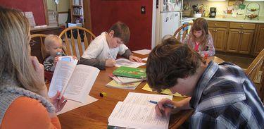 Família estuda em casa