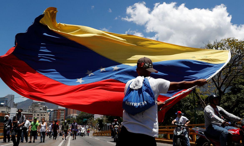 Os defensores do líder da oposição venezuelana Juan Guaido, que muitas nações reconheceram como legítimo governante interino do país, participam de uma manifestação contra o governo do presidente venezuelano Nicolás Maduro em Caracas