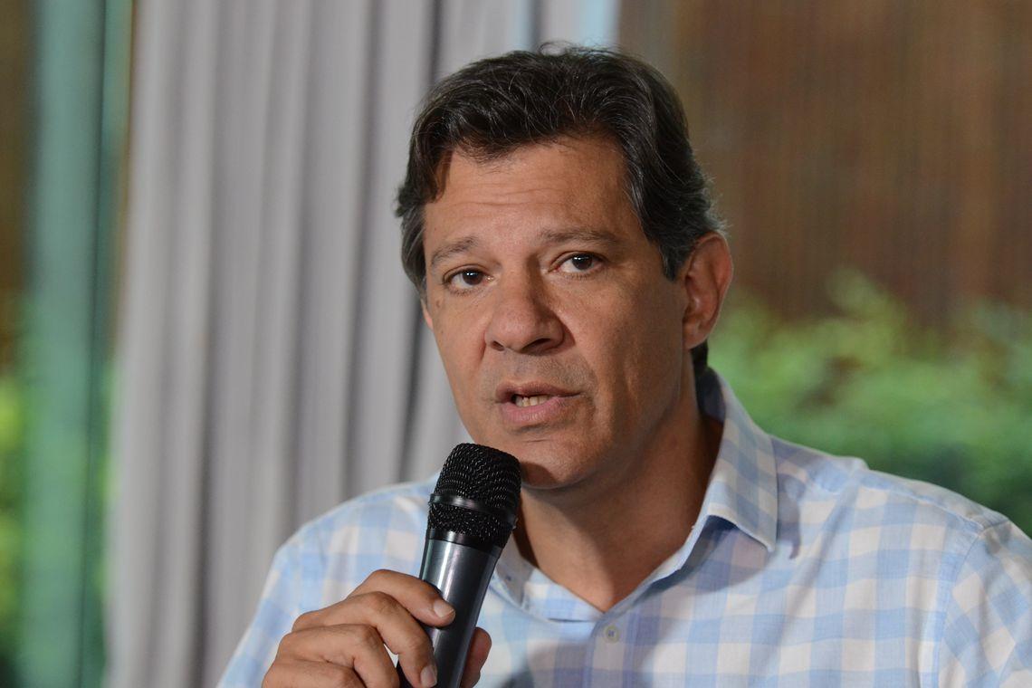 O candidato a presidência da República, Fernando Haddad fala com a imprensa após reunião com a chefe da missão de observação eleitoral da OEA, Laura Chinchilla, no hotel Matsubara.