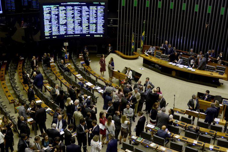 O senador Eunício Oliveira preside sessão conjunta do Congresso Nacional.