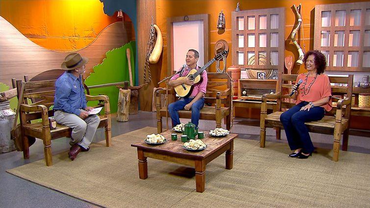O apresentador Luiz Rocha tem um dedo de prosa com a dupla Moacyr & Sandrano Brasil Caipira