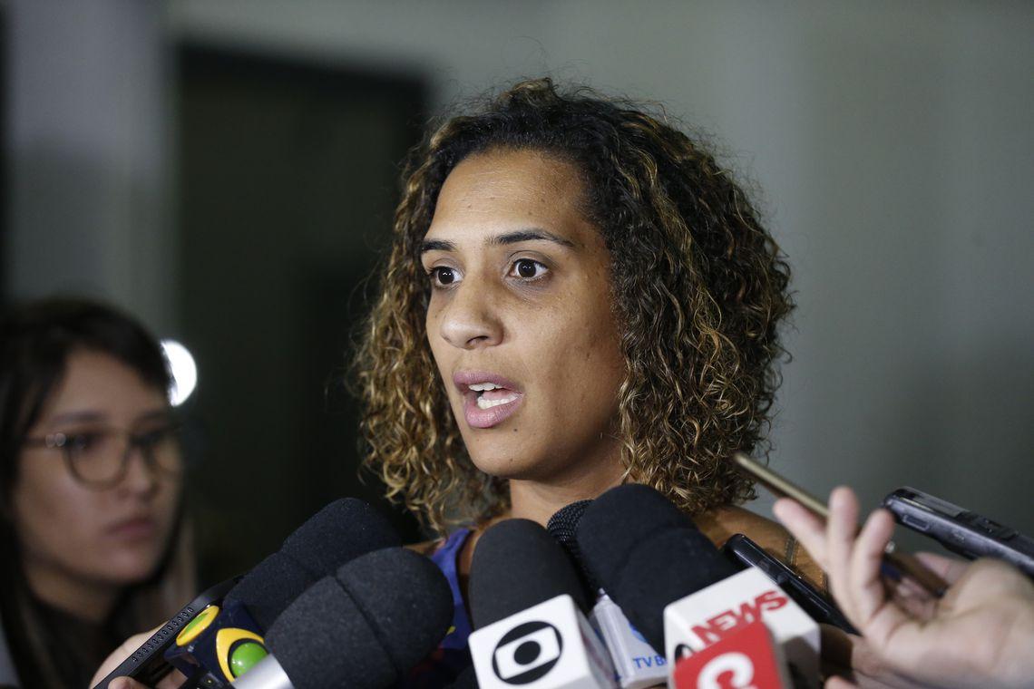 Anielle Franco, irmã da vereadora Marielle Franco (PSOL), assassinada em março, fala à imprensa após reunião com o secretário de Segurança Pública do Rio de Janeiro, general Richard Nunes, no Centro Integrado de Comando e Controle.