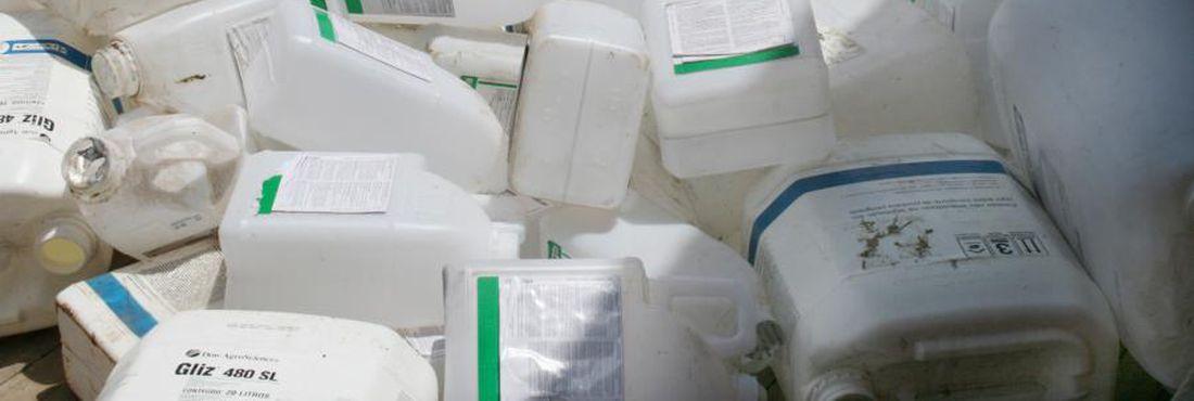 Embalagens vazias de agrotóxicos.