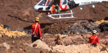 Equipes de resgate durante buscas por vítimas em Brumadinho, onde uma barragem da mineradora Vale se rompeu.
