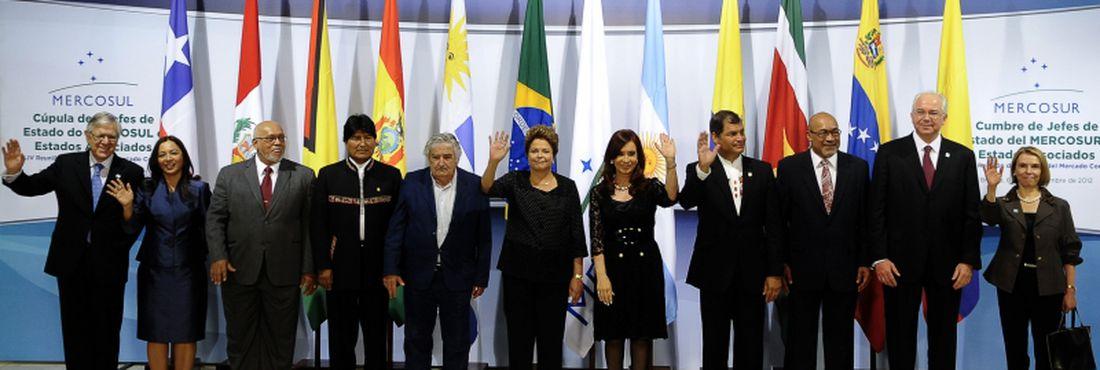 Foto oficial dos presidentes que participam da Cúpula de Chefes de Estado do Mercosul e Estados Associados