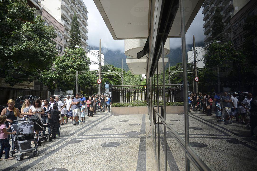 Rio de Janeiro - Longas filas se formam em frente aos postos de saúde para a vacinação contra a febre amarela no Rio (Tânia Rêgo/Agência Brasil)