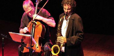Os músicos David Chew, à esquerda, e Blas Rivera, à direita