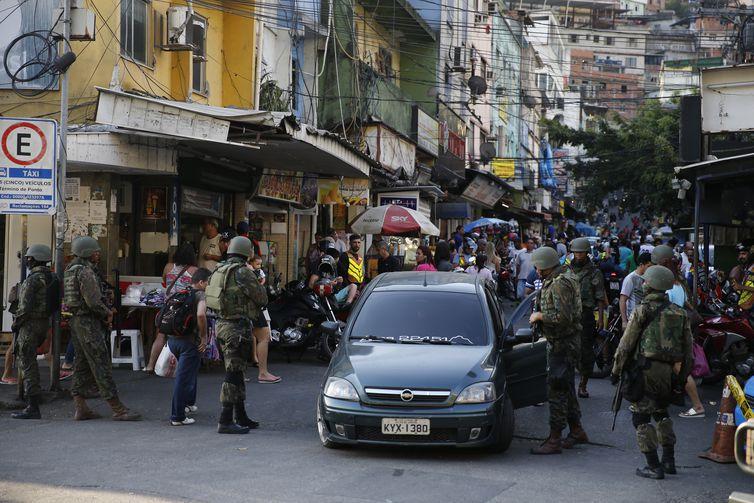 Rio de Janeiro - Militares continuam na favela da Rocinha para combater confrontos entre facções de traficantes de drogas (Fernando Frazão/Agência Brasil)