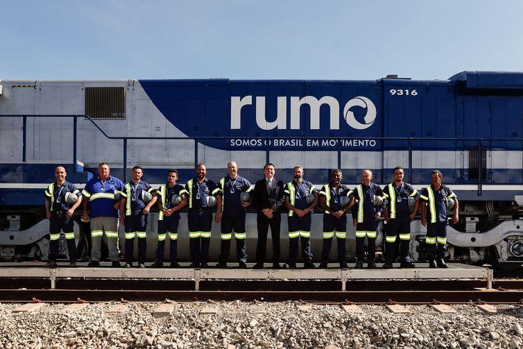 Presidente da República, Jair Bolsonaro posa para foto com trabalhadores durante visita à locomotiva.