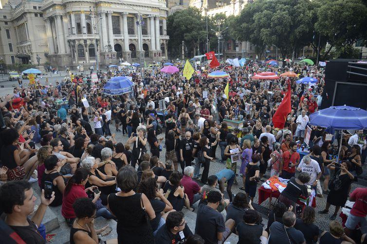 Manifestantes fazem ato contra o regime militar de 1964, na Cinelândia, no centro do Rio de Janeiro.