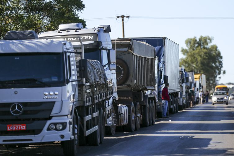 Caminhoneiros fazem protesto contra a alta no preço dos combustíveis na BR-040, próximo a Brasília.