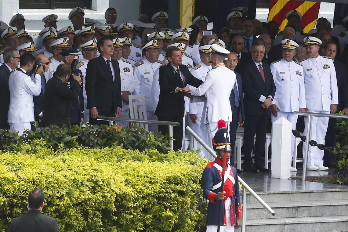 Presidente eleito, Jair Bolsonaro, participa de solenidade de formatura de Aspirantes da Escola Naval, na Ilha de Villegagnon, Baia da Guanabara.
