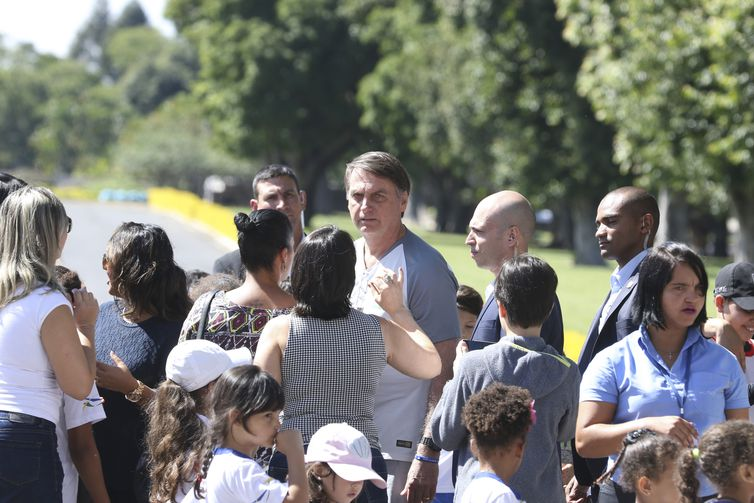 O presidente Jair Bolsonaro vem até a entrada do Palácio da Alvorada, e conversa com crianças e posa para fotos.