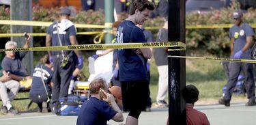 Pessoas permanecem no local onde aconteceu o tiroteio em Alexandria, Virgínia (Estados Unidos), durante uma partida de beisebol entre membros do Partido Republicano. Várias pessoas ficaram feridas, entre elas o congressista republicano