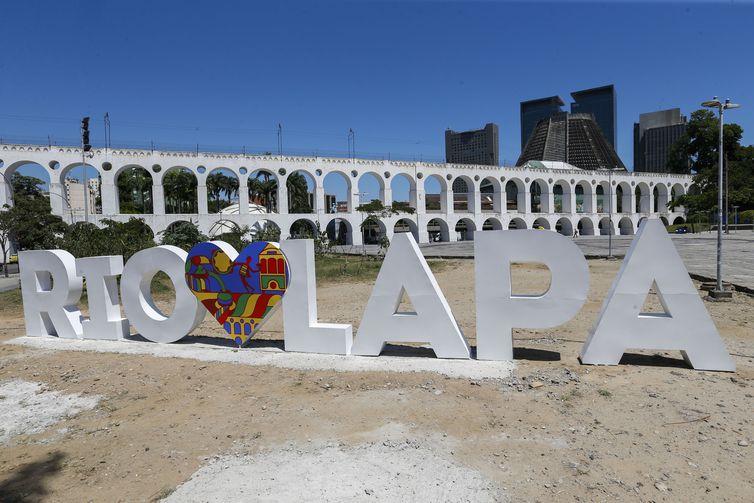 A Lapa, no centro do Rio de Janeiro, ganha mobiliário urbano com a frase RioAmaLapa.