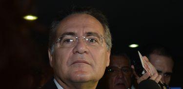 O presidente do Senado, Renan Calheiros, fala à imprensa ao chegar no Congresso Nacional, sobre renegociação das dívidas estaduais e municipais (Antonio Cruz/Agência Brasil)