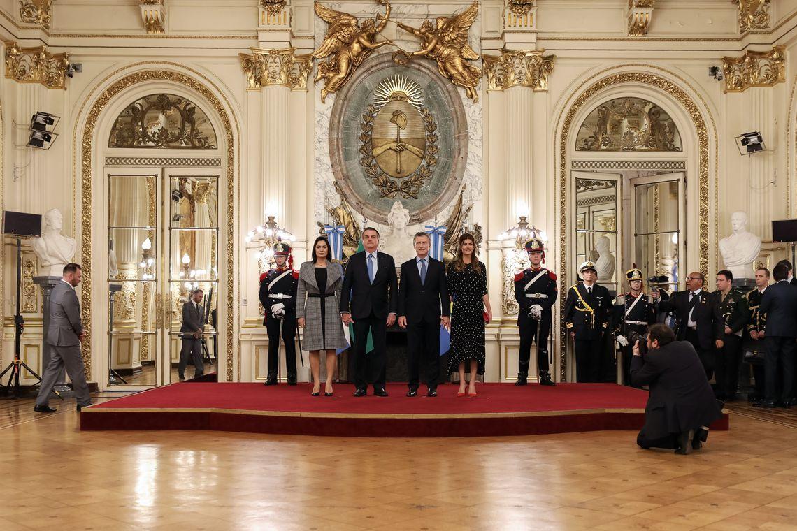 O presidente Jair Bolsonaro e a primeira-dama Michelle Bolsonaro são recebidos pelo presidente da Argentina, Mauricio Macri, e primeira-dama Juliana Awada.