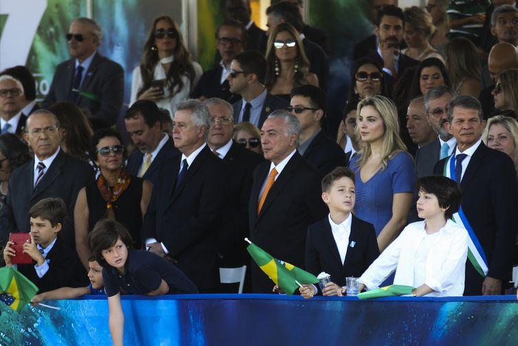 O presidente Michel Temer ao lado da primeira-dama Marcela Temer e do filho Michelzinho e outras autoridades, acompanha o desfile cívico-militar na Esplanada dos Ministérios, em Brasília.