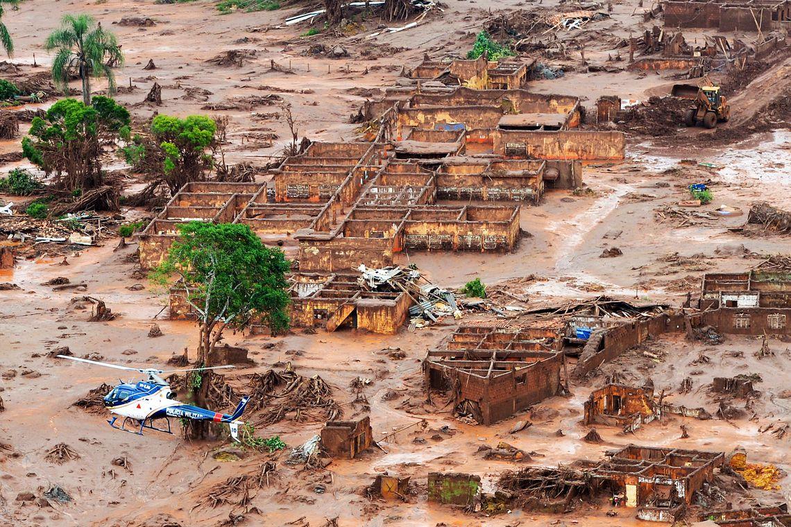 Rompimento de barragem no distrito de Bento Rodrigues, zona rural de Mariana, em Minas Gerais