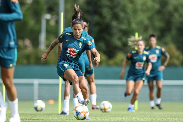 Hoje (7), na parte da tarde, as jogadoras voltam a treinar no Stade Paul Bourgeat, em Grenoble, na França.