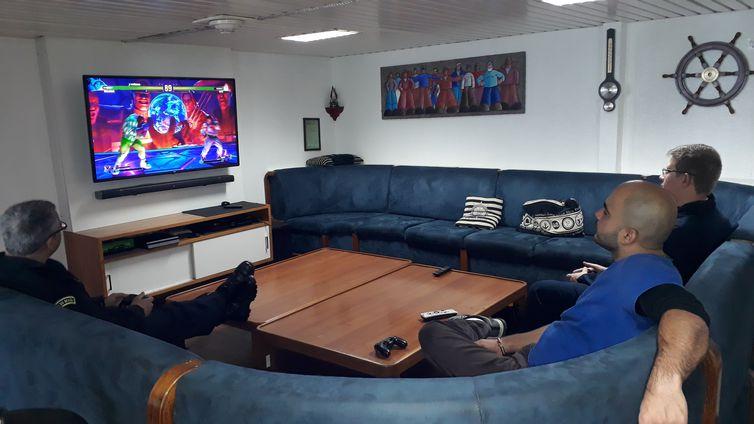 Sala de TV do navio Almirante Maximiano