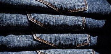 Calças jeans dobradas e empilhadas