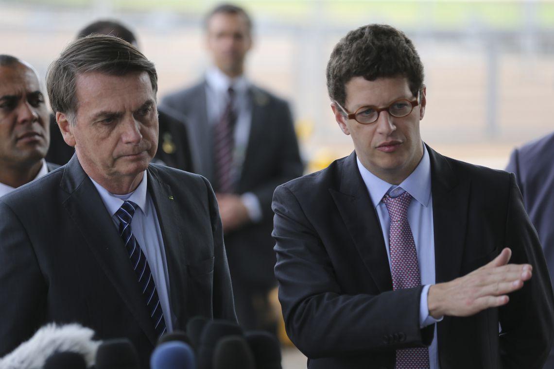O presidente Jair Bolsonaro e o ministro do Meio Ambiente, Ricardo Salles, falam à imprensa  na entrada do Palácio da Alvorada.
