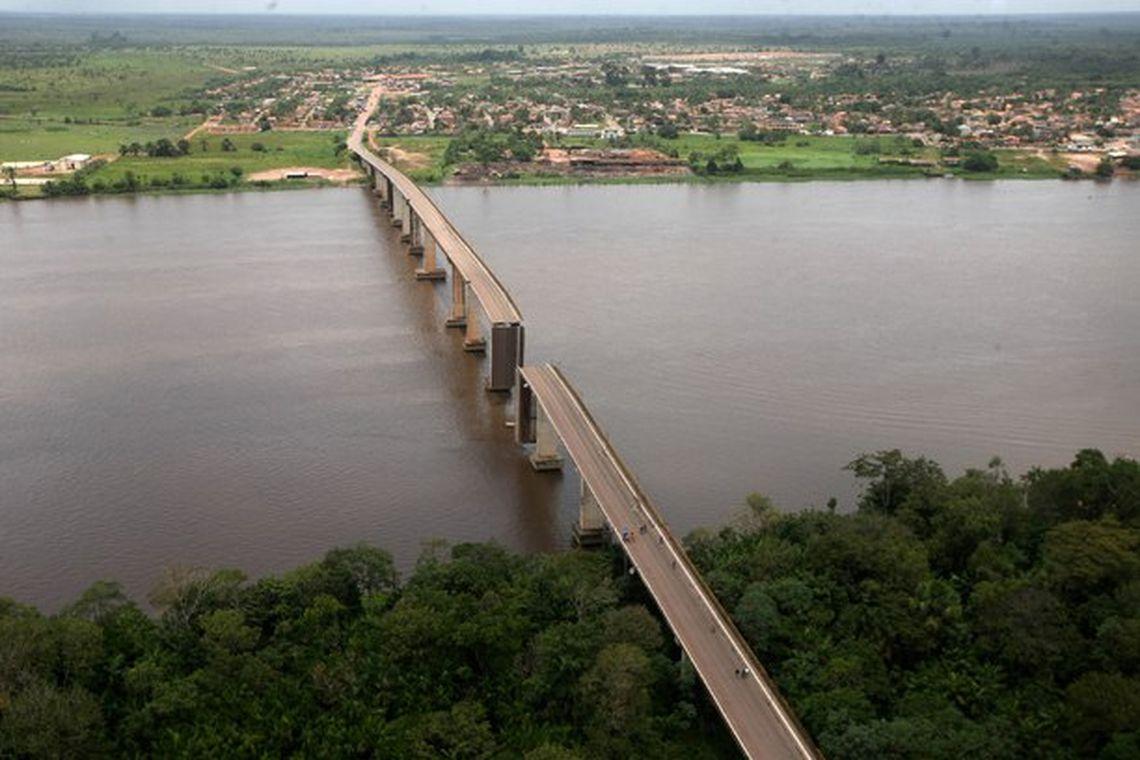 Balsa atinge pilastra e derruba ponte sobre rio que liga Belém ao interior do Pará