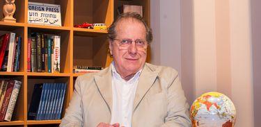 Moisés Rabinovici apresenta o programa Um Olhar sobre o Mundo