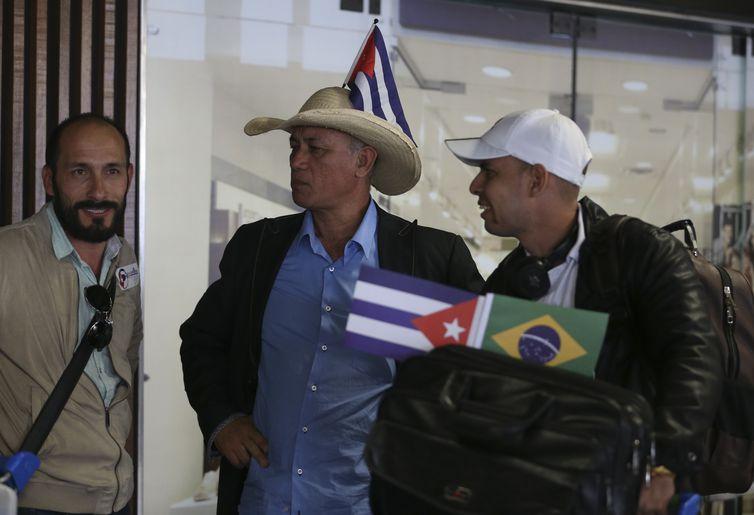 Profissionais cubanos que atuavam no programa Mais Médicos embarcam no Aeroporto Internacional de Brasília rumo a Havana.