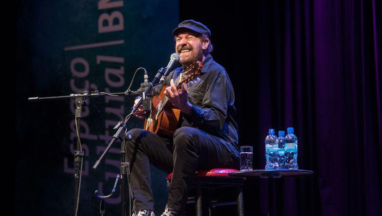João Bosco se apresenta no Cena Musical