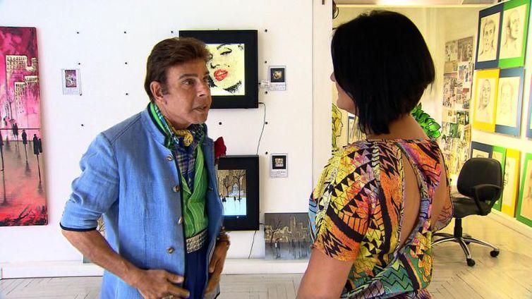 Roberto Camasmie conversa com Roseann Kennedy em sua galeria de arte em São Paulo