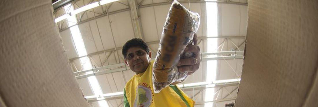 Voluntário ajuda na coleta de alimentos doados