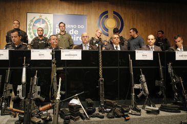 O governador do Rio de Janeiro, Wilson Witzel, apresenta fuzis e munição apreendidos em paiol do tráfico de drogas, resultado de operação conjunta das polícias Civil e Militar no Complexo da Maré.