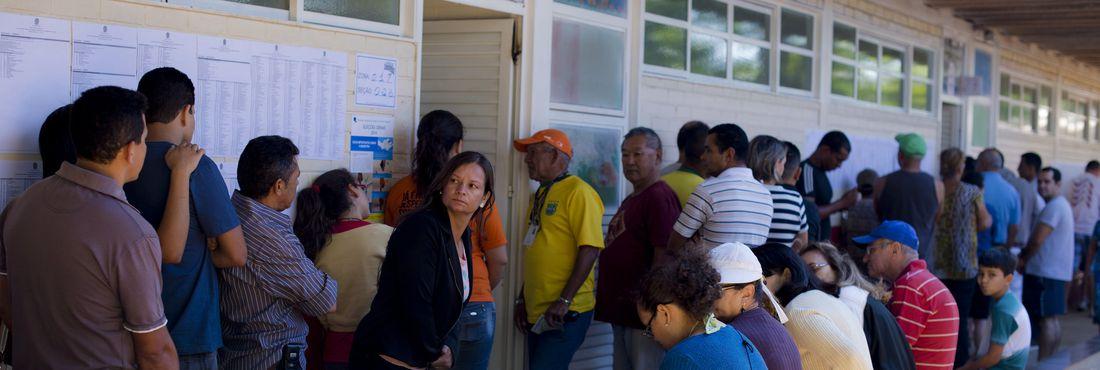 Eleitores enfrentam filas para votar no Gama, Distrito Federal, neste domingo (5)