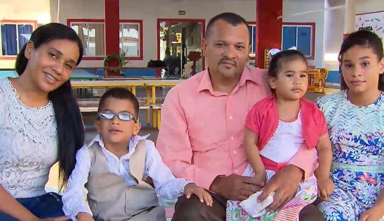 Oseas (de óculos), de 7 anos, tem paralisia cerebral e no Brasil conseguiu se desenvolver além da expectativa