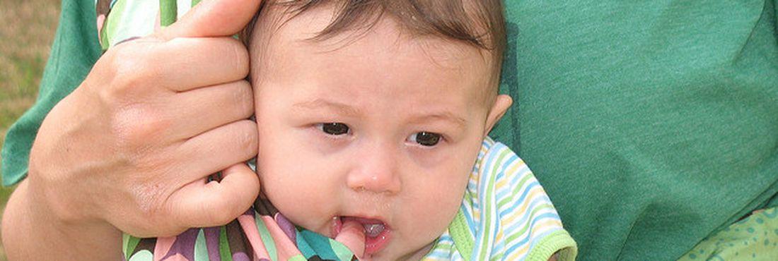 """Bebê aproveita o passeio na posição """"de frente para o mundo"""""""