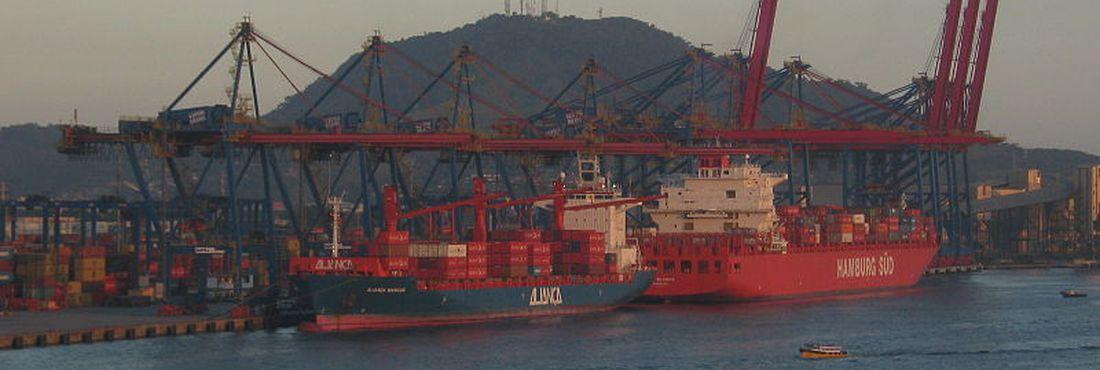 O porto de Santos usa nova técnica para descontaminar o solo marinho