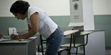 Eleitora votando em São Paulo durante as eleições de 2012