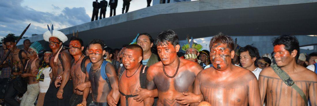 Índios fazem manifestação no Palácio do Planalto. Eles protestam contra a proposta de emenda constitucional sobre a demarcação de terras indígenas