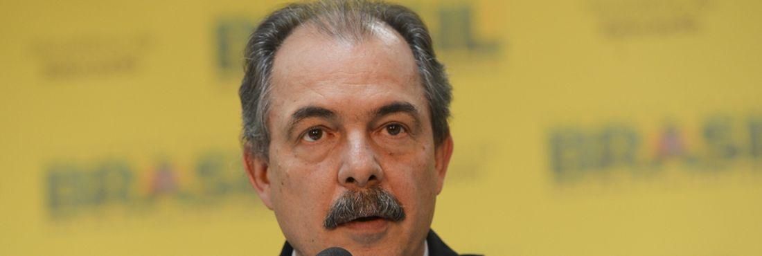 Brasília - O ministro da Educação, Aloizio Mercadante, informou que uma equipe vai monitorar as redes sociais durante o Enem. O candidato que postar fotos e imagens na internet da prova será eliminado