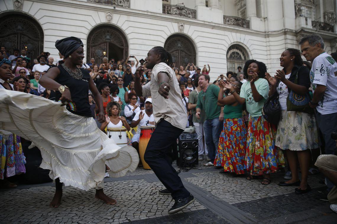 Rio de Janeiro - Roda de Jongo em frente à Câmara de Vereadores, na Cinelândia, em defesa da Casa do Jongo da Serrinha, em Madureira, que fechou devido ao corte de verba da Prefeitura (Fernando Frazão/Agência Brasil)