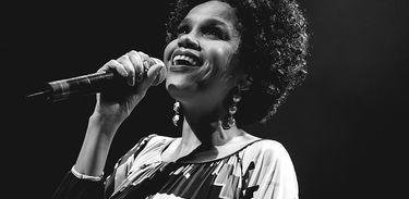 Teresa Cristina canta em palco - thumb
