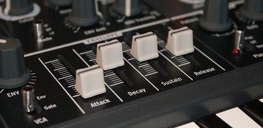 Detalhe de sintetizador em teclado