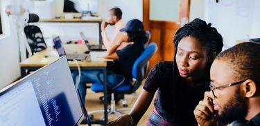 Jovens programadores trabalham em uma empresa startup