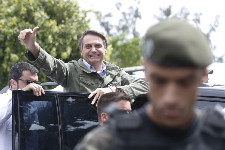 Acompanhado de agentes da PF, o candidato à Presidência da República pelo PSL, Jair Bolsonaro, vota  na Escola na Municipal Rosa da Fonseca, na Vila Militar, no Rio de Janeiro.