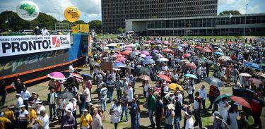 Servidores protestam em frente ao Palácio do Buriti