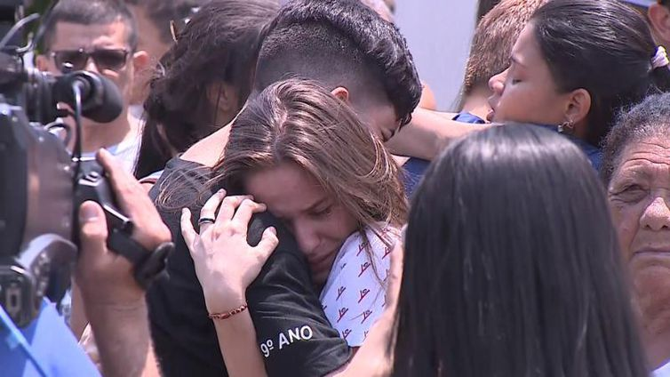 Tristeza no Colégio Goyases, em Goiânia, onde um estudante atirou contra colegas da turma