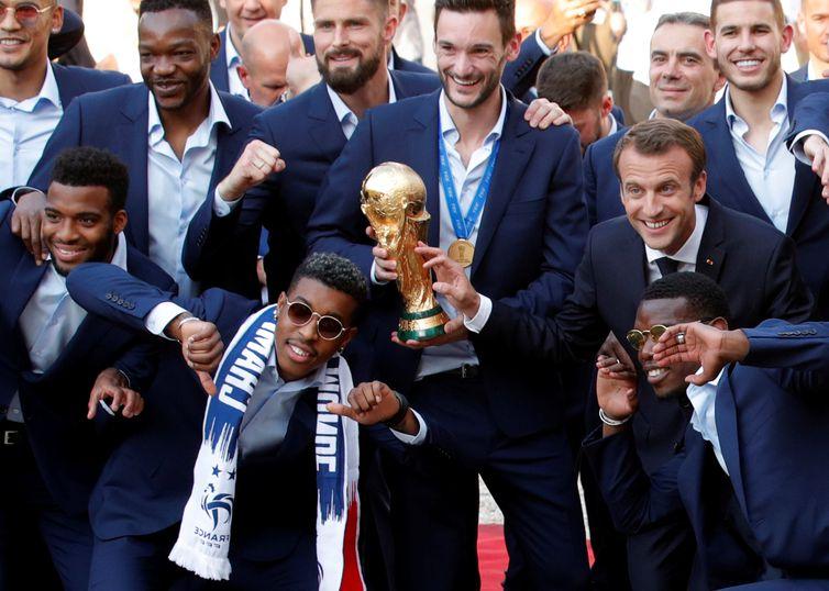 Seleção francesa, campeã da Copa do Mundo 2018, é recebida pelo presidente Emmanuel Macron, no Palácio do Eliseu